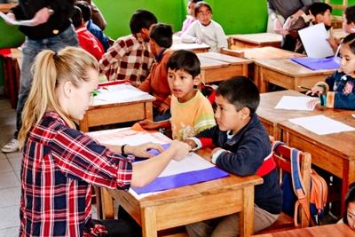 Female volunteer teaching at a primary school in Peru