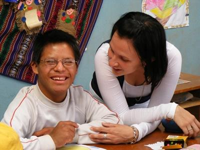 Care volunteer in Peru helps with arts and crafts