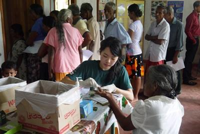 Projects Abroad Pharmacy Elective volunteer on a medical outreach in Sri Lanka