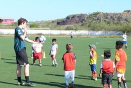 A volunteer coaches a group of children on a Multi-sports placement in Ecuador