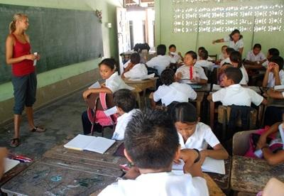 A volunteer teaches her pupils at a school in Costa Rica, Latin America.