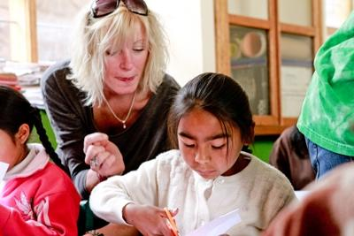 A Projects Abroad volunteer teaches her students to write in English at a school in Peru, Latin America
