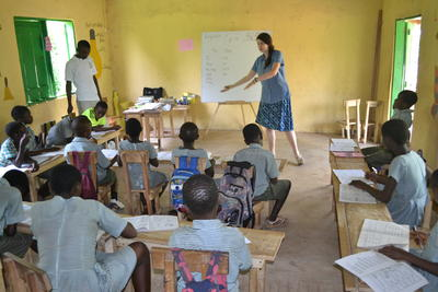 A Projects Abroad volunteer teaching French to Ghanaian school children